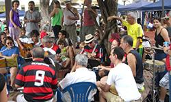 Roda de samba dónde músicos se reúnen en la calle para tocar samba en Río de Janeiro. Aprende portugués mientras disfrutas de Brasil con la escuela de portugués Rio & Learn