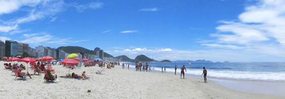 Praia de Copacabana. Learn Portuguese in Brazil with Rio&Learn Portuguese School and discover Rio de Janeiro.