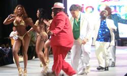 Elección del rey momo y de la reina del carnaval en Río de Janeiro. Rey gordo y brasileñas deslumbrantes. Aprende portugués mientras descubres Brasil con la escuela de portugués Rio & Learn