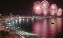 Fuegos artificiales en Copacabana en la noche de fin de año, aprende portugués con Rio&Learn mientras disfrutas de la nochevieja, del año nuevo y de las fiestas navideñas