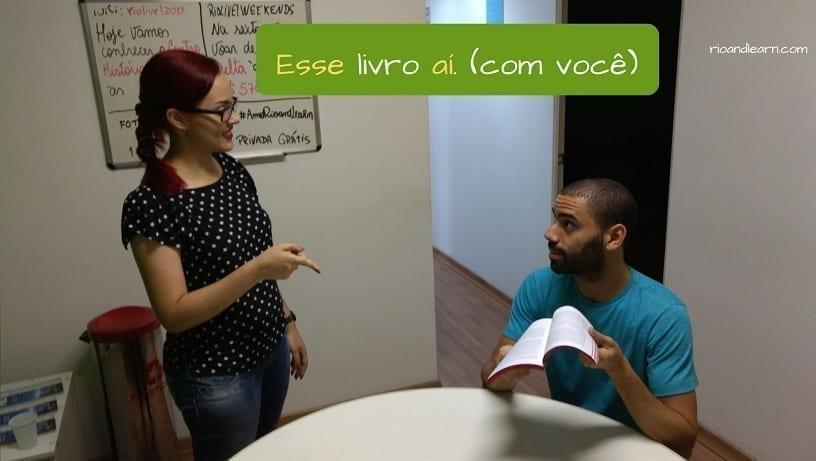 Pronomes Demonstrativos em Português. Esse livro aí (com você)