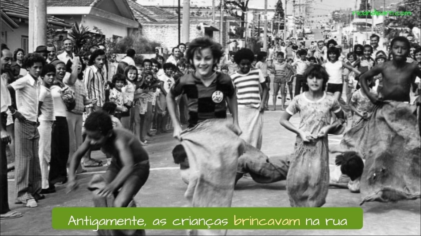 Portuguese Imperfect Past. Antigamente, as crianças brincavam na rua.