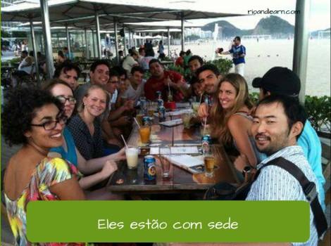 Exemplo de uso de estar com en portugués: Eles estão com sede. Traducción: Ellos están con sed.