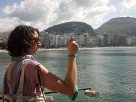 fotografando o mar de copacabana e o pão de açúcar do forte de copacabana, rio de janeiro, brasil, learn Portuguese and discover Rio de Janeiro with RioLIVE! Activities by Rio&Learn Portuguese School.