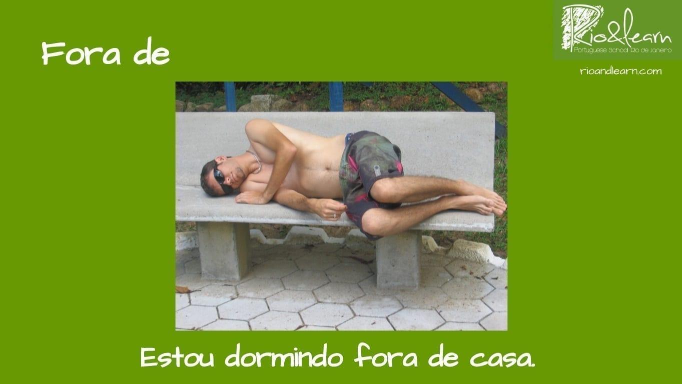 Preposiciones de Lugar en Portugués. Ejemplo con Fora de: Estou dormindo fora de casa.