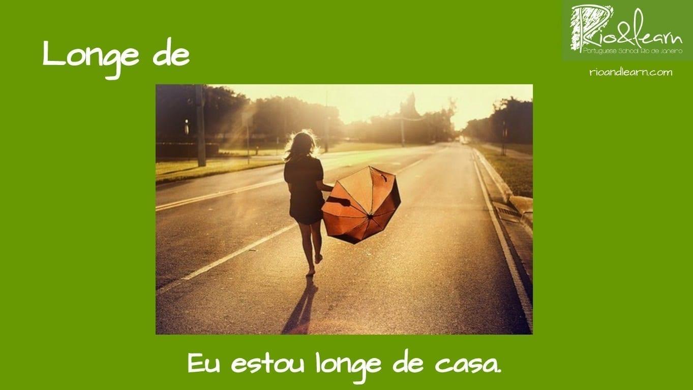 Preposiciones de Lugar en Portugués. Ejemplo con Longe de: Eu estou longe de casa.