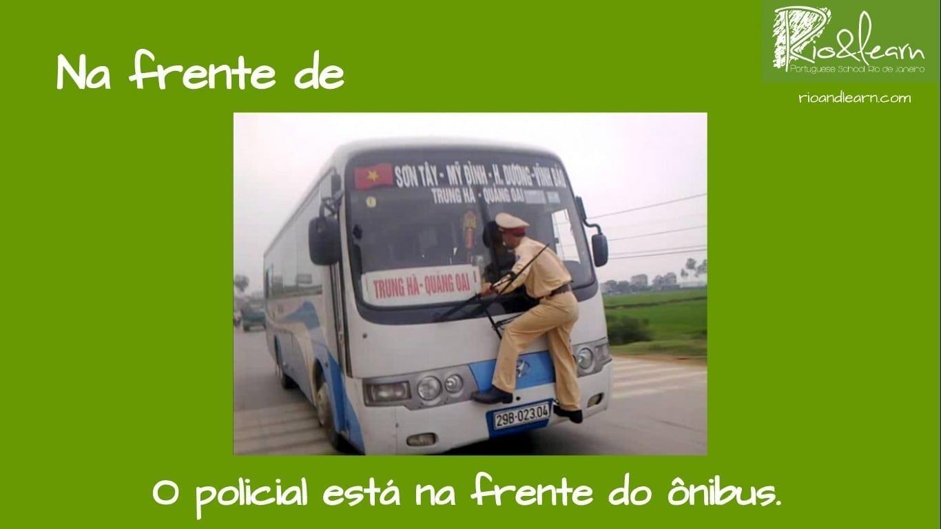 Preposiciones de Lugar en Portugués. Ejemplo con Na frente de: O policial está na frente do ônibus.