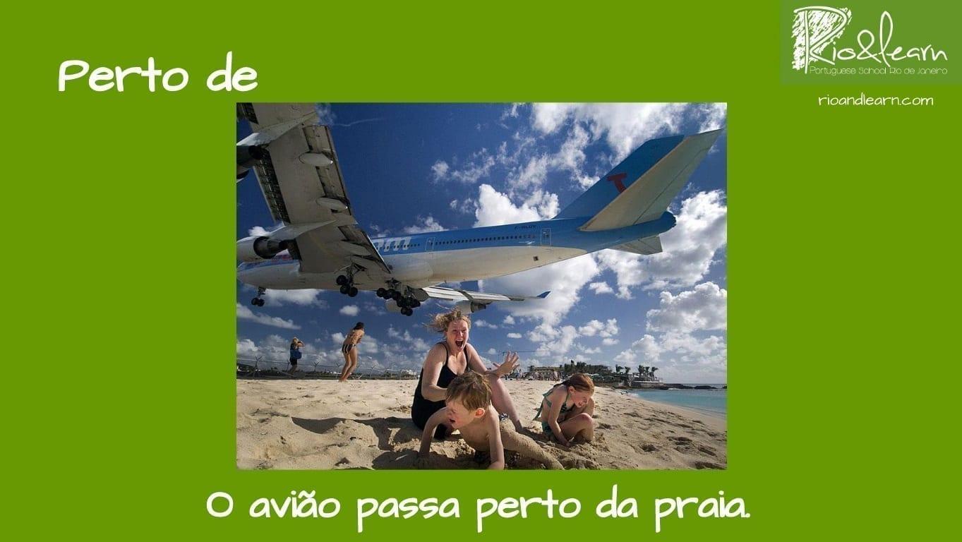 Preposiciones de Lugar en Portugués. Ejemplo con Perto de: O avião passa perto da praia.