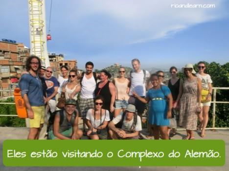 Os tipos de frases: Eles estão visitando o Complexo do Alemão. Alunos da Rio & Learn visitando a favela.
