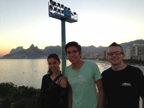 Pôr-do-sol com os alunos da escola Rio&Learn curtindo a vista da cidade em Ipanema. A Dica do Dia provides free Portuguese classes created in Rio de Janeiro by Rio&Learn Portuguese School.