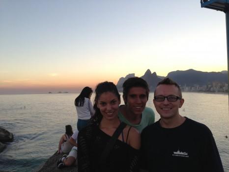 Alunos assistindo ao pôr-do-sol na Pedra do Arpoador, no Rio de Janeiro. Learn Portuguese and discover Rio de Janeiro with RioLIVE! Activities by Rio&Learn Portuguese School.