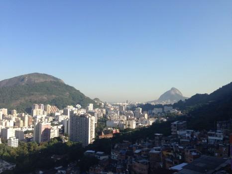 Morro Dona Marta com vista para a favela e o morro Dois Irmãos. A Dica do Dia, Free Portuguese classes from Rio de Janeiro by Rio&Learn Portuguese School.
