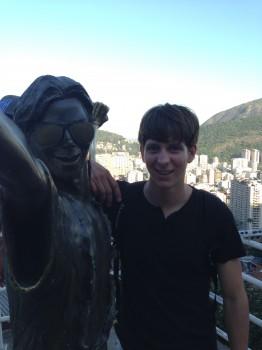 Morro Dona Marta. Estudante na Estátua de Michael Jackson. A Dica do Dia, Free Portuguese classes from Rio de Janeiro by Rio&Learn Portuguese School.