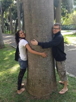 Parque do Catete. Alunos abraçando uma árvore no Parque do Catete.Learn Portuguese and discover Rio de Janeiro with RioLIVE! Activities by Rio&Learn Portuguese School.