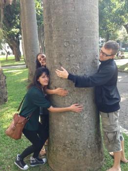 Parque do Catete. Três alunos abraçando a árvore em gesto de amor à natureza. Learn Portuguese and discover Rio de Janeiro with RioLIVE! Activities by Rio&Learn Portuguese School.