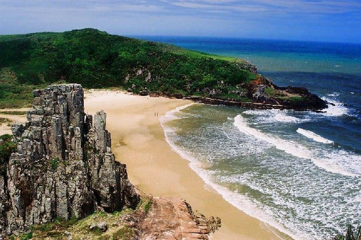 Linda playa en Torres en Río Grande do Sul, Brasil.