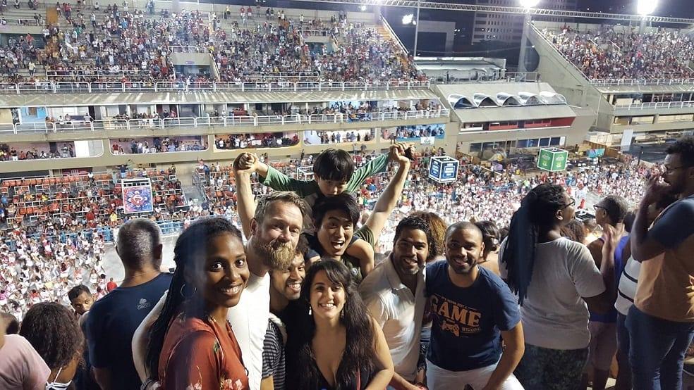 Exemplo sobre feriados no Brasil: o carnaval. Estudantes no Sambódromo, Rio de Janeiro.