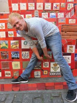 Estudante alemão com mais um dos azulejos da Alemanha.
