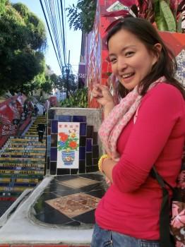 Nossa aluna, Queenie da China com o primeiro azulejo chinês que encontrou.