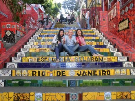 Escadaria Selarón, alunos de português sentados.