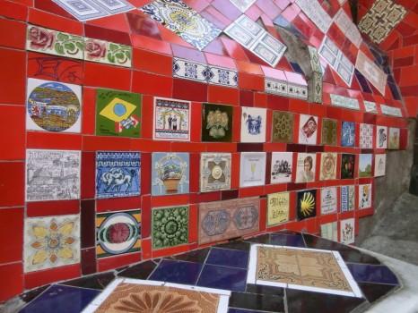 Azulejos de diferentes países registrados nas paredes das escadarias.