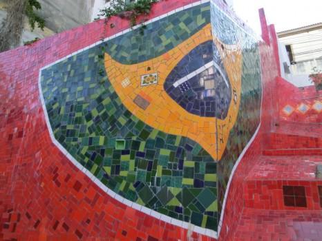 Bandeira do Brasil ornamentada nas escadarias Selarón.
