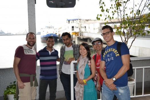 Alunos no terminal das barcas de Niterói. Learn Portuguese and discover Rio.