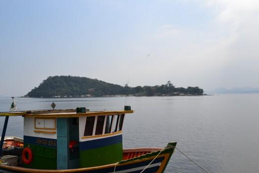 Barco colorido na Ilha de Paquetá.