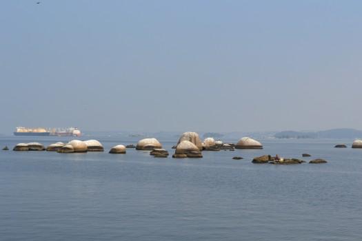 Pedras no meio da baía da Ilha de Paquetá. Learn Portuguese and discover Rio.