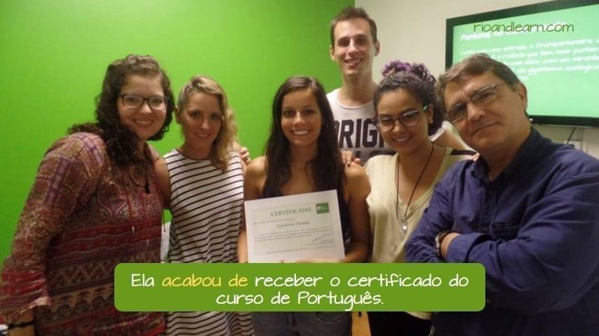 Ejemplo con acabar de en portugués.
