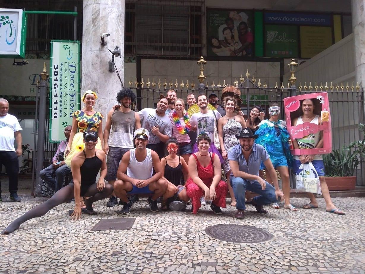 Estudiantes usando fantasias para el carnaval de Rio, disfrutando sus vacaciones en portugués en la Rio & Learn.