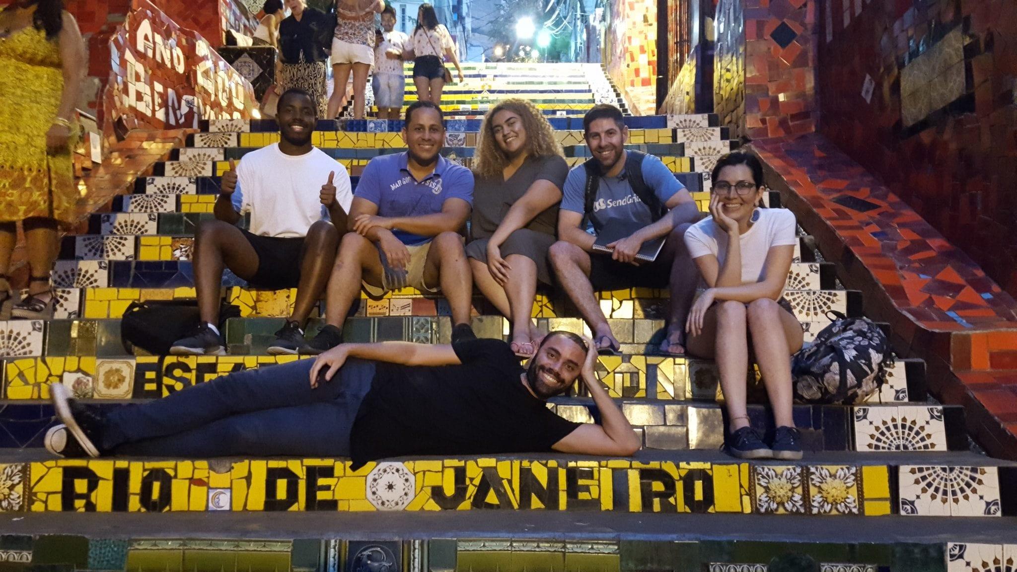 Estudiantes de portugués en la Escalera Selarón de Lapa en Río de Janeiro.