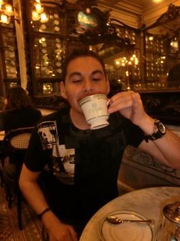 Marco Rojas desfrutando seu café com leite.