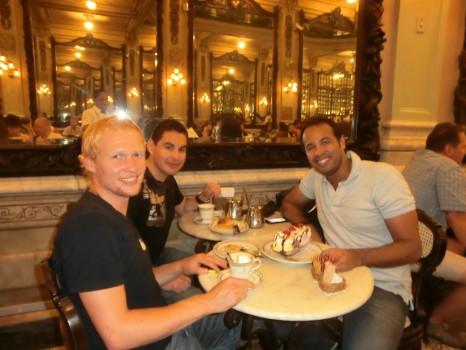 Alunos e professor comendo na Confeitaria Colombo, no Rio de Janeiro.