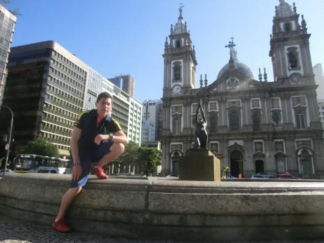 Centro histórico do Rio. Aluno de português na igreja da candelária.