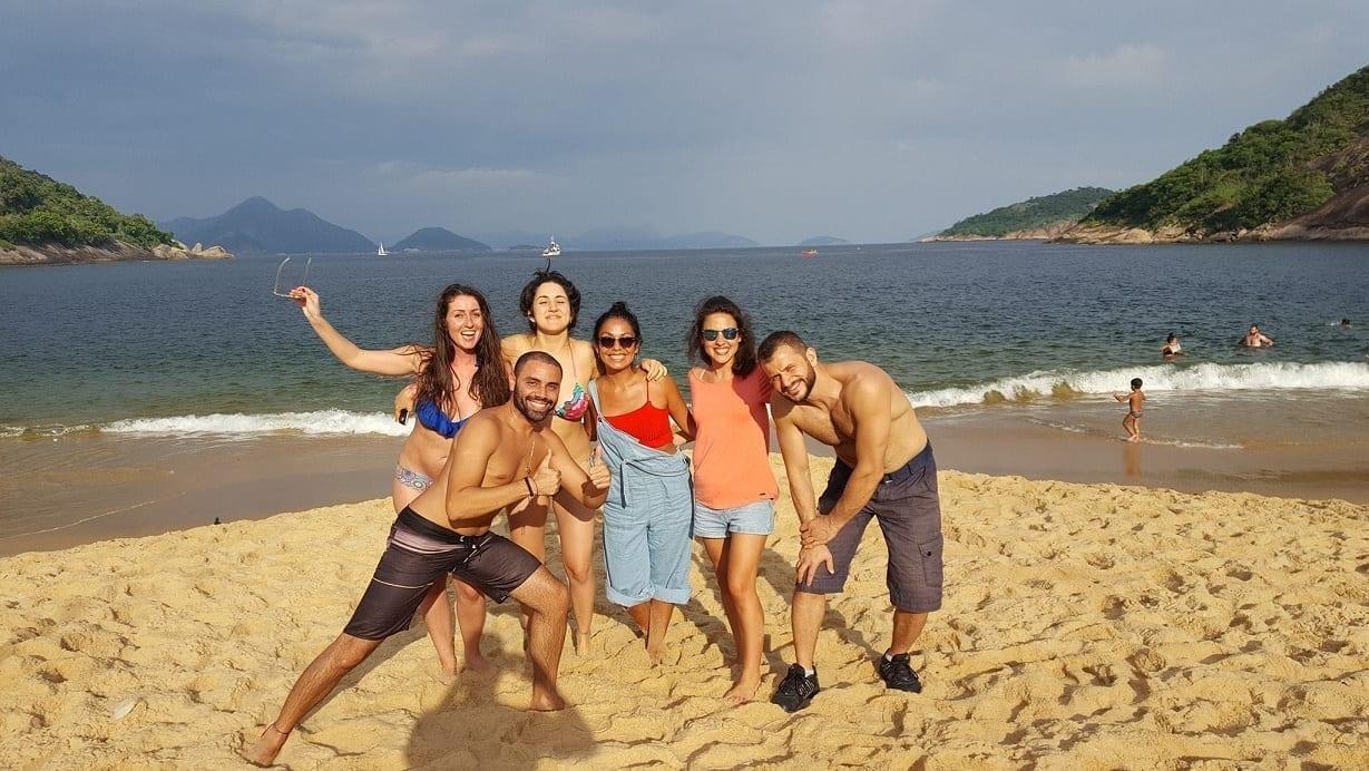 Estudiantes disfrutando sus vacaciones en Brasil en la Playa Vermelha de Urca.