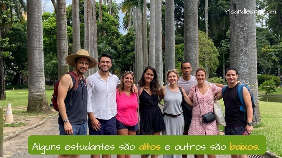 Exemplo com antônimos em Português:Alguns estudantes são altos e outros são baixos. Some students are tall and some are short.