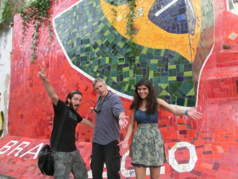 Escadaria do Selarón com a bandeira do Brasil e alunos se divertindo.