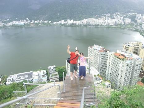 Visita ao Parque da Catacumba um casal com a lagoa ao fundo.