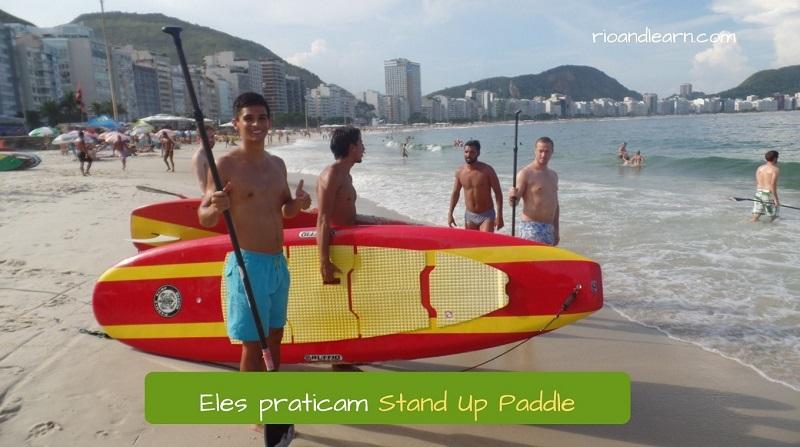 Exemplos de hobbies mais comuns no Brasil: Stand Up Paddle. Eles praticam Stand Up Paddle. Aluno da Rio & Learn fazendo aula de stand up paddle em copacabana.