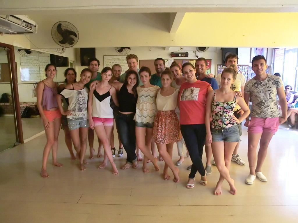Alunos estrangeiros de português depois de dançar samba