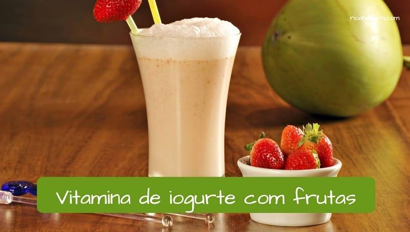 Vocabulary of lanchonete: vitamina de iogurte com frutas