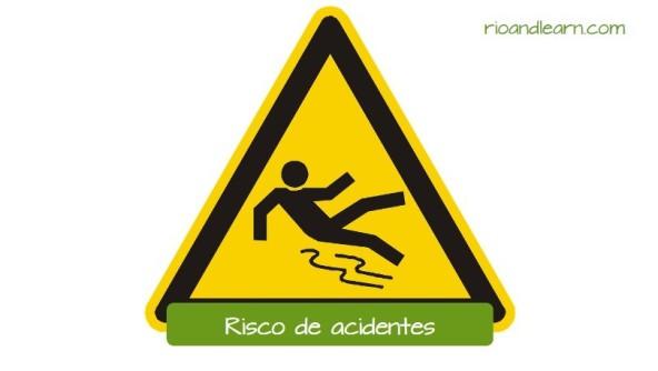 Avisos más usados en Brasil: Risco de Acidentes. Aviso para proteger a los trabajadores de posibles accidentes como caer en un piso mojado o que fue encerado recientemente.