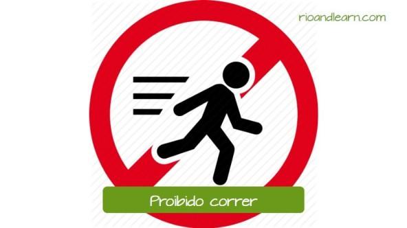 Aviso común en empresas en Brasil: Proibido correr. Aviso utilizado para mostrar que no se puede correr en el local. Generalmente es un aviso usado en escuelas y hospitales.