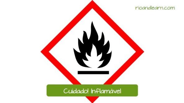 Aviso de peligro en Brasil: Cuidado! Inflamável. Aviso utilizado en empresas con productos que pueden prender fuego con facilidad.