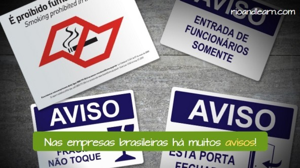 Avisos en Brasil. Nas empresas brasileira há muitos avisos. Cuatro placas con diferentes avisos en Brasil: É proibido fumar. Entrada de funcionários somente. Equipamento frágil, não toque. Mantenha essa porta fechada.