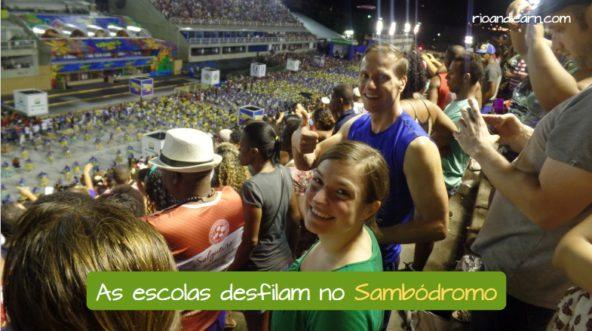 Os desfiles das Escolas de Samba no Carnaval no Rio de Janeiro. As escolas desfilam no Sambódromo.