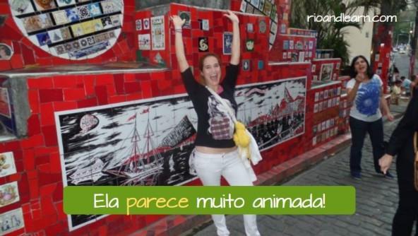 Ejemplo con el presente del verbo parecer en portugués: Ela parece muito animada! Estudiante extranjera de portugués brasileño divirtiéndose en la Lapa, en la Escadaria Selarón.