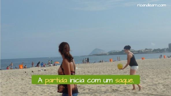 Regras do Vôlei de Praia em Português. A partida inicia com um saque.