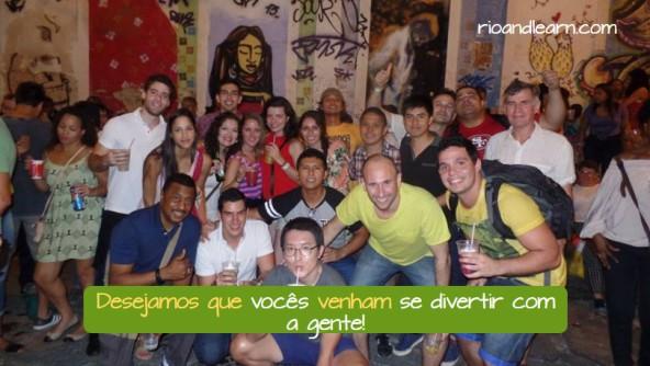 Ejemplo de verbos de deseo en portugués: Desejamos que vocês venham se divertir com a gente!